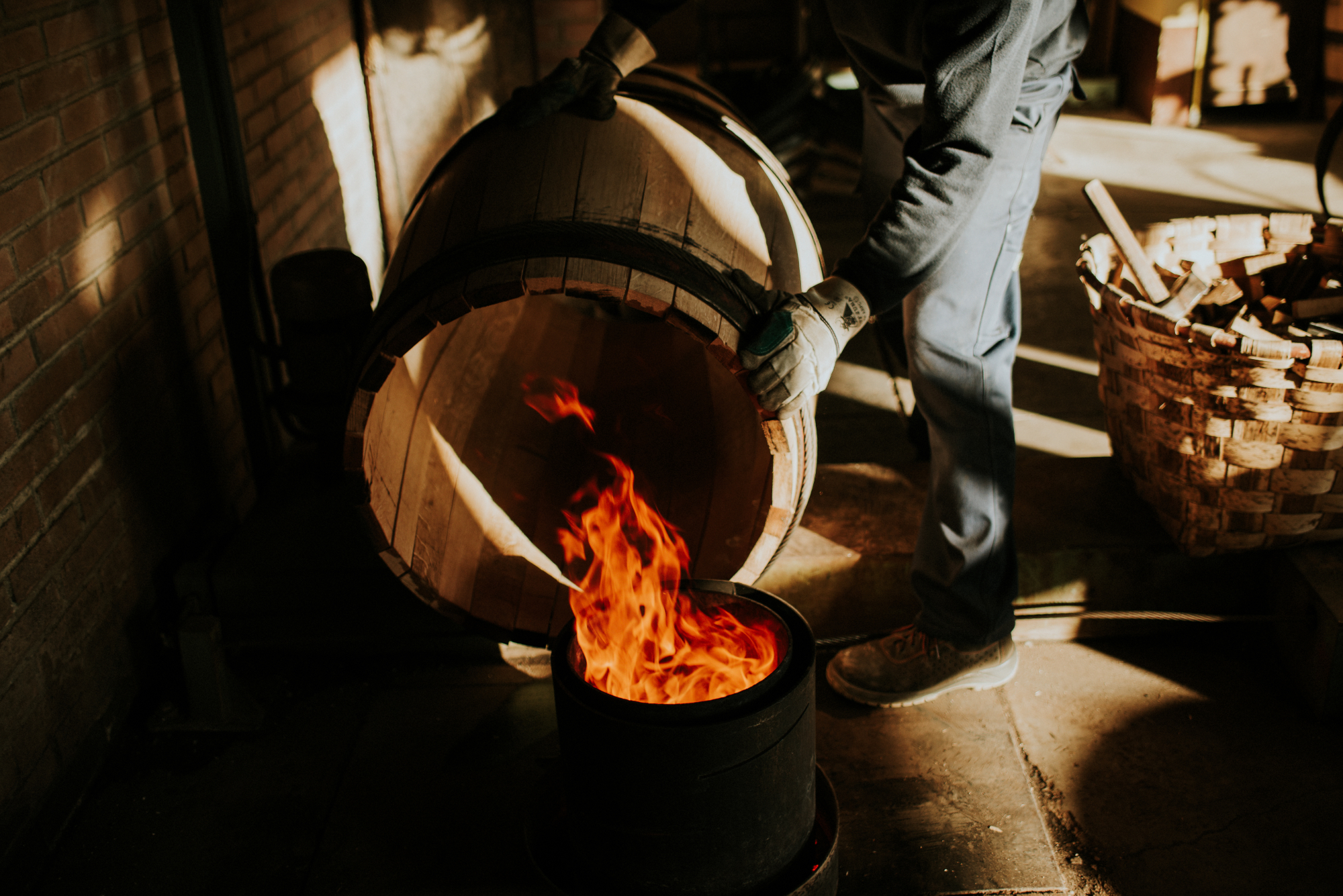 A Muga borászat saját kádárcsapata munka közben.